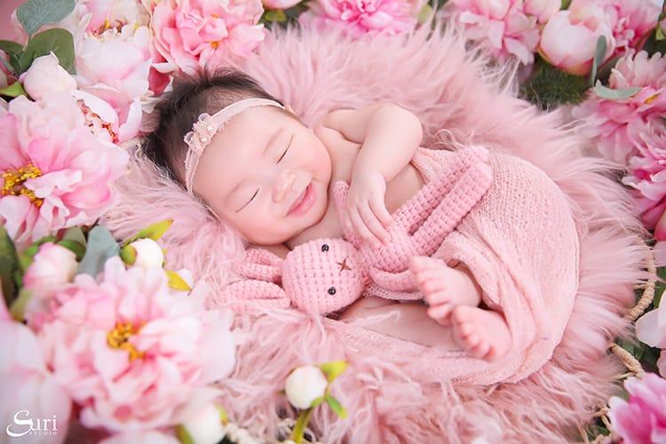 Ngắm nhìn hình ảnh bé gái sơ sinh dễ thương đến RỤNG TIM